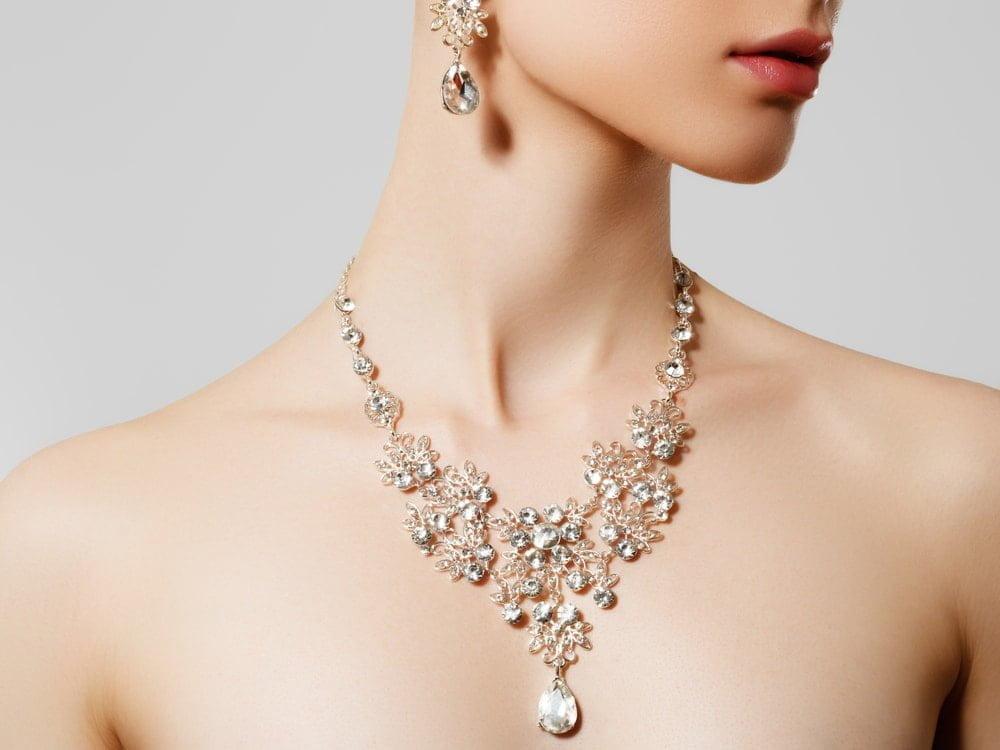 ダイヤモンドのネックレスとピアスをつけた女性