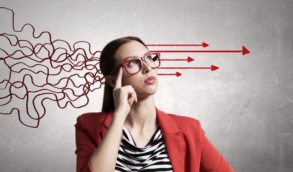 考えを整理する女性